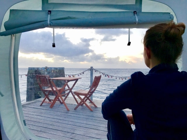 Claudia im Schlafkubus mit Blick auf die Ostsee