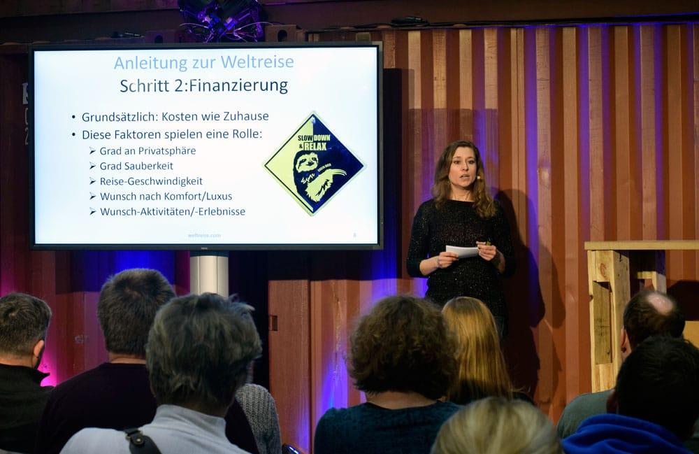 Claudia beim Vortrag auf der oohh! Reisen Messen in Hamburg