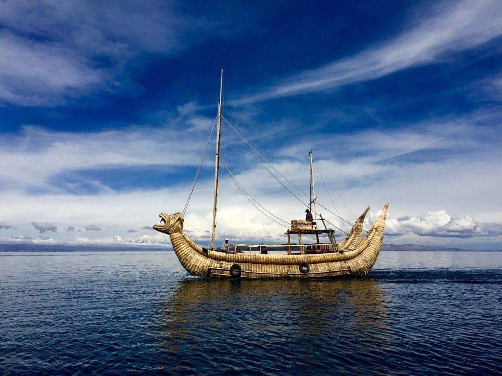 Schilfboot auf dem Titicacasee in Bolivien