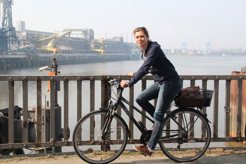 Claudia auf dem Fahrrad in Hamburg